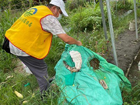 屏東縣政府環保局防治登革熱,今年至今共清倒2萬9841個積水容器,投藥2903處,並施作預防性化學防治病媒蚊噴藥,防範登革熱疫情發生。