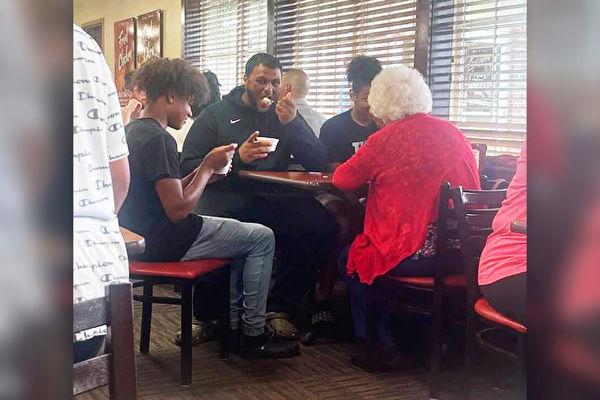 乔治亚少年兄弟们陪孤独老人共进午餐