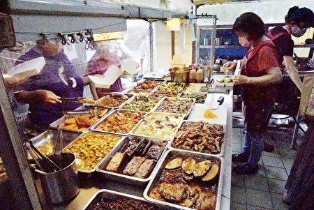 展示臺前一盤盤的家常菜。
