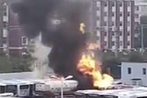 視頻:瀋陽加氣站天然氣罐車起火 波及公交車