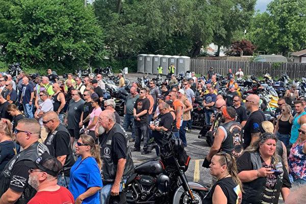 数百摩托车骑手举行集会 帮助殉职警察家庭