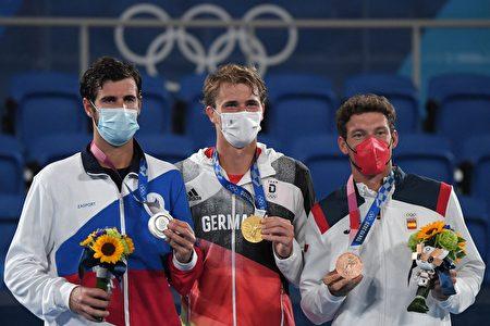 (左起)卡查诺夫、兹维列夫、巴斯达。