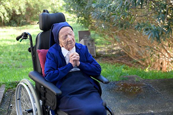 安德瑞修女(Sister André)是當今在世第二長壽的超級人瑞,她在確診新冠後從容擊退病毒。(NICOLAS TUCAT/AFP via Getty Images)