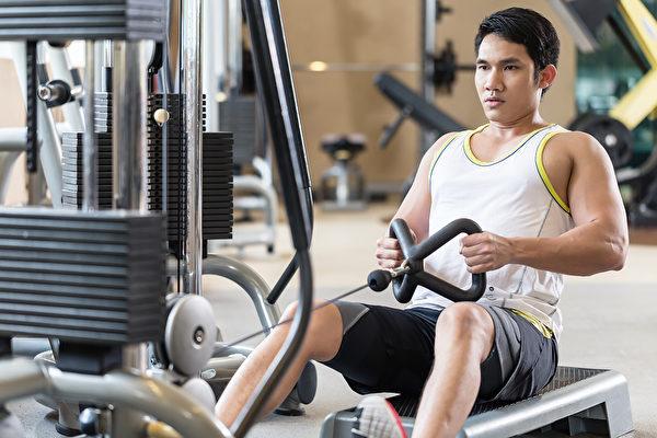 有腱鞘炎的人,可以做划船训练(尤其是机械训练)来改善症状。(Shutterstock)