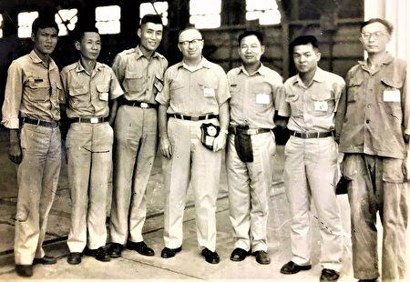 黃秀嶽(右1)報效國家投身空軍,軍旅生涯40多年獲得無數勳章。