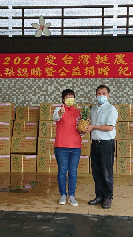 国姓丘埔生(右)代表国姓乡亲接受万斤凤梨的捐赠,并感谢行政院中服中心执行长蔡培慧(左)的牵线。