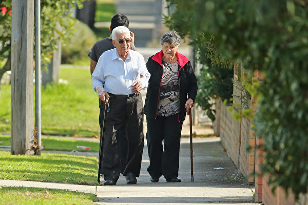 根據麥高恩政府實施的生活費用退稅計劃(Cost of Living rebate),本月將有超過31.2萬名西澳老年人收到額外的現金補助。(Scott Barbour/Getty Images)