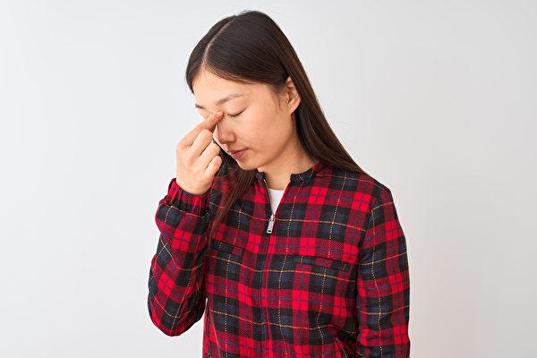 常做2个眼部运动锻炼眼周肌肉,就能改善视力。示意图。(Shutterstock)