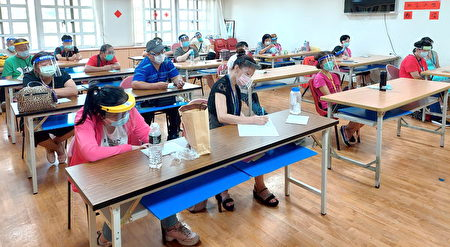 學員返院當天配合抗原快篩,落實配戴口罩及護面罩,並增加環境清潔消毒次數。