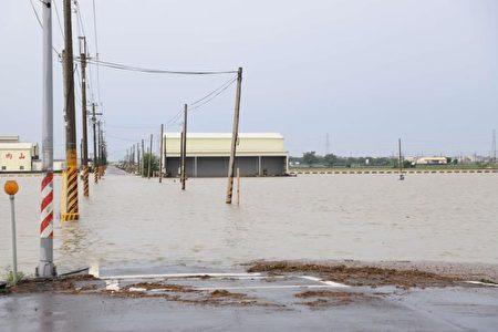 北港、水林一带许多地势较低洼处道路都被水淹没。