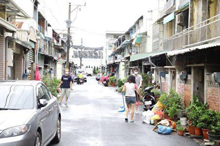 积水退去后,民众忙着整理家园。