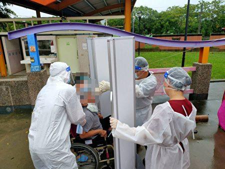 嘉义县针对水上工厂染疫案,卫生局设置扩大筛检站,由医护人员进行免费快筛检服务。