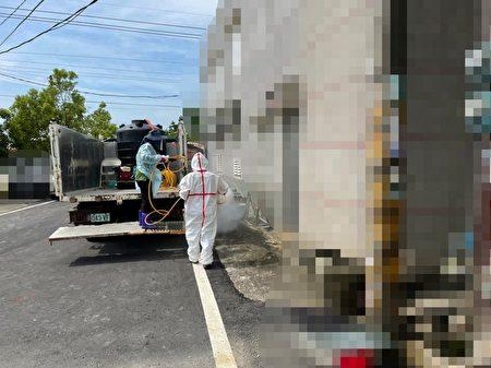 嘉义县针对水上工厂染疫案,由工作人员进行厂区暨相关社区大清消工作。