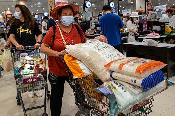 武汉疫情再现 部分民众囤货 超市排长队