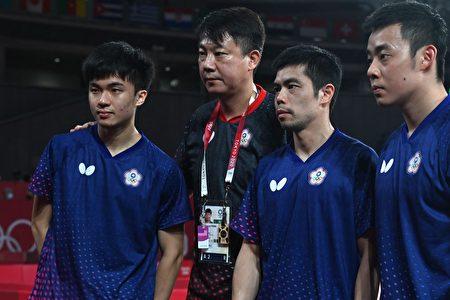 我國桌球男團8強止步。左起為林昀儒、教練蔣澎龍、莊智淵、陳建安。