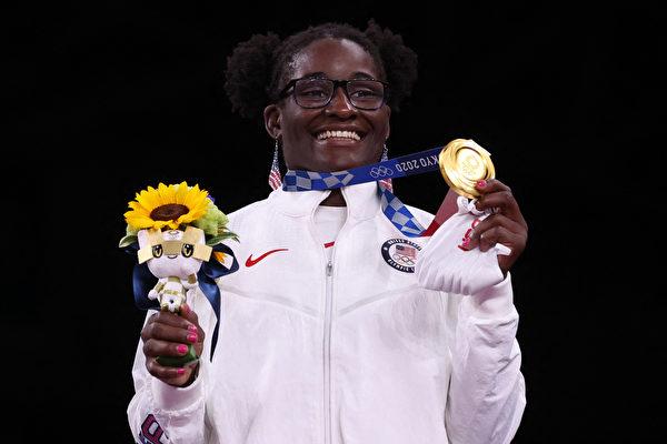 「我很高興代表美國」非裔女摔跤選手摘金