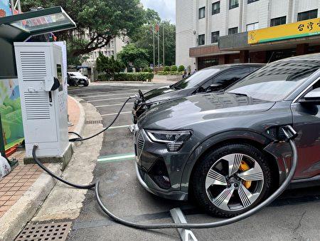 电动车智慧充电示范场启用,现场找来Tesla Model 3、Nissan LEAF与Audi e-tron等电动车展示充电特色功能.