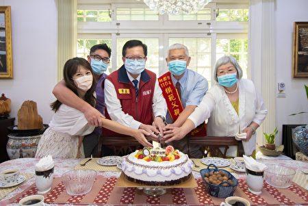 郑文灿致赠模范父亲奖牌,并与王家人共同切蛋糕庆祝,表达祝福与敬意。