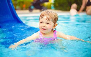 职能治疗师:水中溜滑梯游戏训练孩子平衡感