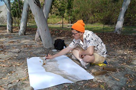 """艺术家林沫呈线上讲堂""""没有就从空白处找灵感"""",图为环岛旅行中创作的泥土作品."""