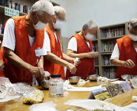 台東戒治所辦理父親節關懷支持活動,收容人自製花草茶包和家人分享。