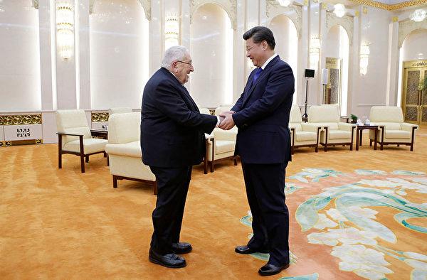 2015年,习近平在北京接见基辛格。