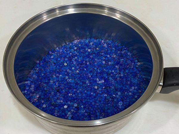 将变成粉红色的水玻璃用微波炉或炉子加热,变回蓝色后,就可再利用。(图片提供/陈映如-Sona Queen的生活笔记本)