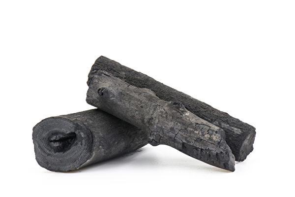 竹炭可吸附水汽,可用干纸包好再放进柜子。(Shutterstock)
