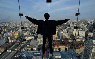 巴西大楼第42层透明观景台 让你挑战惧高症