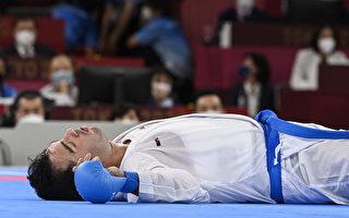 伊朗空手道選手被踢倒在地 卻「躺著拿金牌」