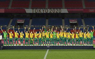 巴西男子足球队奥运领金奖 拒穿中企赞助服