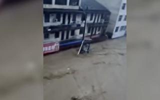 视频:湖北随州洪灾柳林镇危急 大水涨至二楼