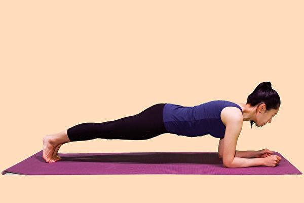 練核心肌群,可以增肌瘦小腹,改善胃食道逆流。(李晴攝/大紀元)