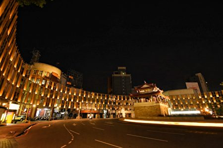 「光之島」環形劇場由曾獲傑出建築師獎的甘銘源操刀,參考在地曬米粉傳統,以1000支台灣桂竹及孟宗竹、160面傳統手工製米粉架,創造出最具在地味的舞台屏幕。