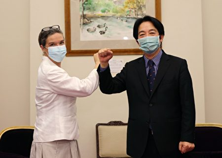 副總統賴清德(右)13日接見美國在台協會(AIT)台北辦事處新任處長孫曉雅(左)。