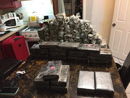 執法人員2019年5月在對從墨西哥延伸到美國的一個販毒集團進行調查時,發現了成捆的毒品和毒資,用保鮮薄膜包裹。