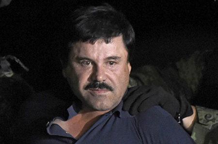 綽號為「矮子」(El Chapo)的墨西哥大毒梟古茲曼據信也是這個華人洗錢團夥的客戶。圖為古茲曼第二次在墨西哥越獄後在2016年1月被抓獲照片。2017年他被引渡到美國,2019年2月在紐約東區聯邦法庭被判販毒罪成立。