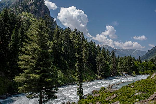 组图:印度克什米尔山谷 地貌奇特美景如画