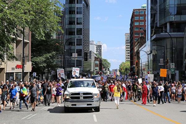 反對疫苗護照 加拿大蒙特利爾數萬人遊行