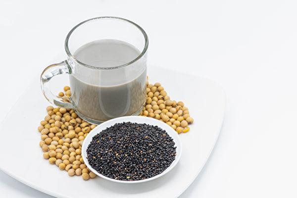 用枸杞、黑芝麻等五色食材煮的豆漿,對於保養卵巢和五臟有益。(Shutterstock)