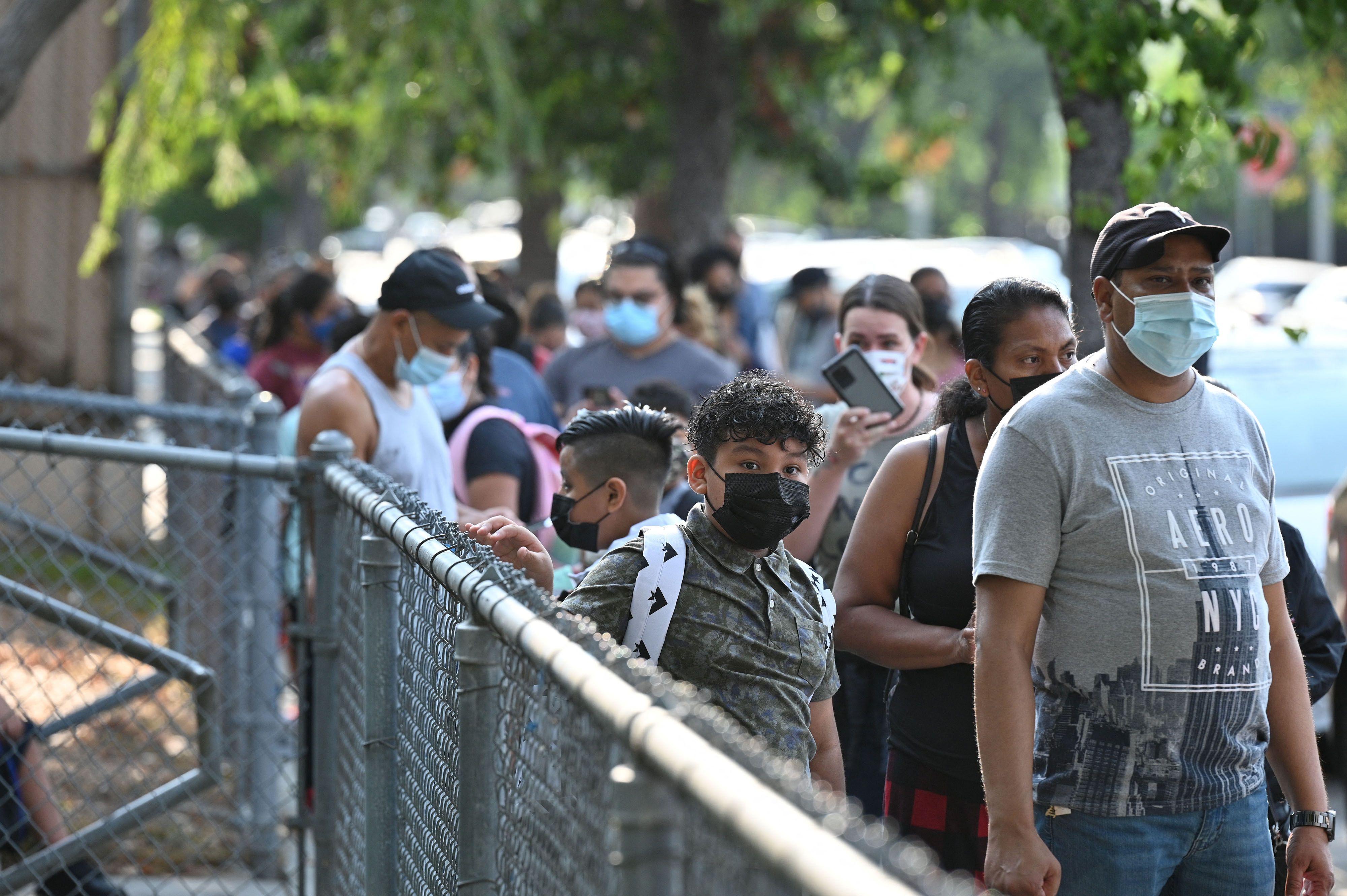 洛學區開學 學生排隊接受病毒報告查驗