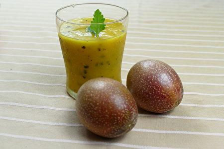 芒果塊冰凍後與百香果汁液打成濃稠的果泥,風味獨特。