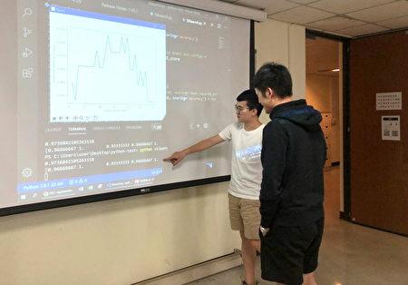長庚大學工商課程與時俱進,圖為學生討論 Python 程式機器學習數據訓練結果。