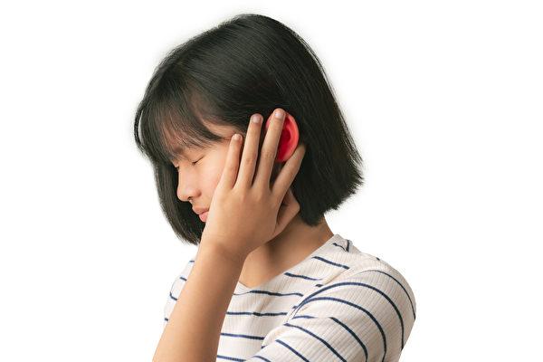 外耳炎的症狀是耳朵發癢、疼痛,如何預防和治療?(Shutterstock)