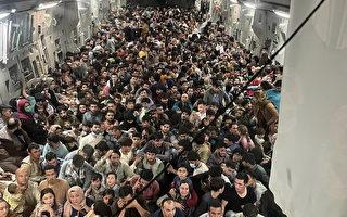 组图:撤离阿富汗 美C-17运输机挤上640人