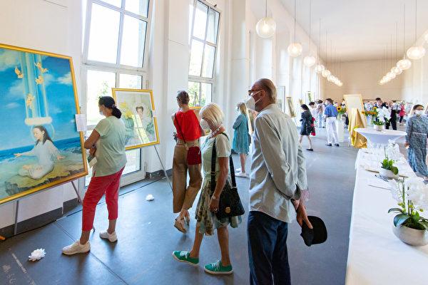 德国杜塞尔多夫举办真善忍艺术展 获高度赞誉