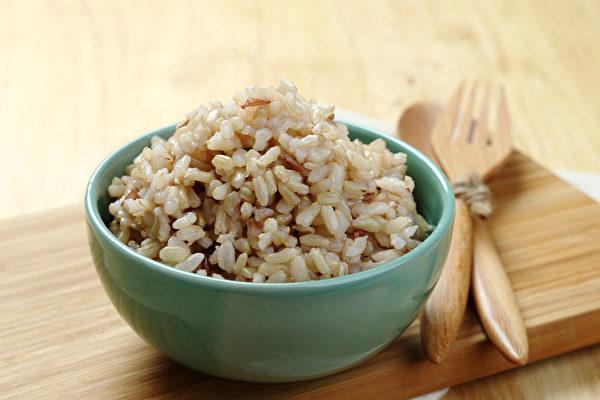 市售的米依加工过程多寡,可分为糙米、胚芽米、发芽米和白米。(Shutterstock)