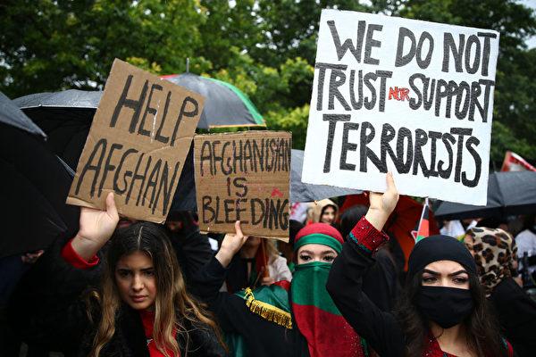 8月21日,人們聚集在英國倫敦的議會廣場,舉著橫幅和旗幟示威,譴責塔利班控制阿富汗後的持續危機。(Hollie Adams/Getty Images)