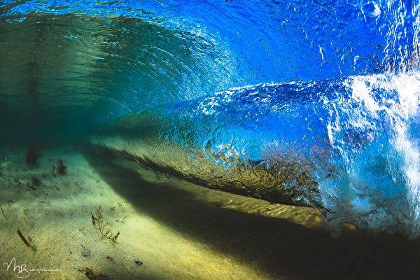 攝影師捕捉浪花精采瞬間 展現大海獨特之美