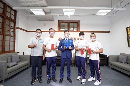 新竹市長林智堅8月24日會面東奧選手陳念琴(右二)、教練柯文明(右一)、倪大智(右四)並頒發每人10萬元獎金。